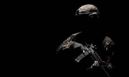 Voják, který pochází z počítačové hry Counter-Strike.