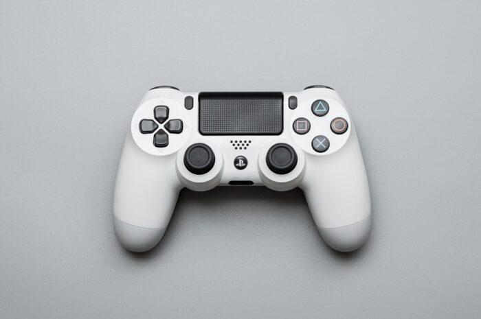 Přesně takhle vypadají bílé moderní herní ovladače.