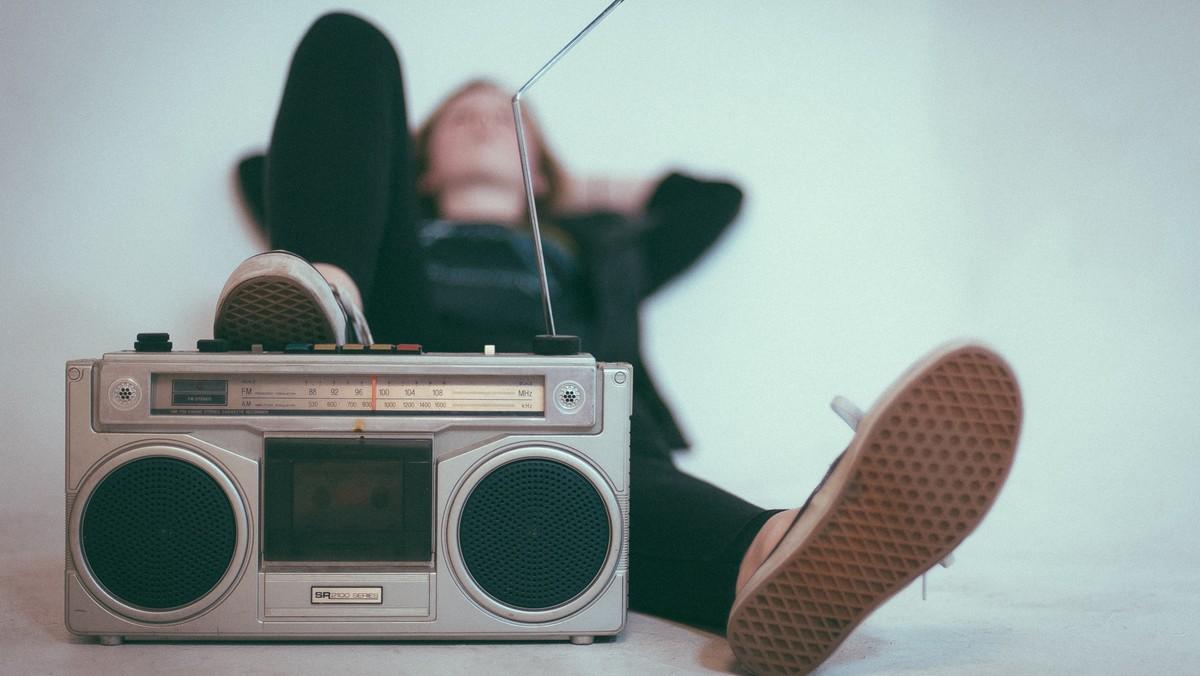 Z přenosného rádia zní nejrůznější hudební žánry.