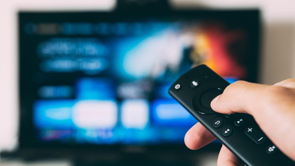 Internetová televize zapnutá prostřednictvím dálkového ovladače.