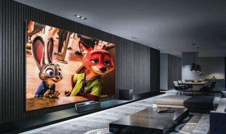 Služba Prime Video běží na velké ploché televizi.