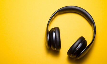 Moderní černá sluchátka na hlavu, která slouží pro poslech hudby.