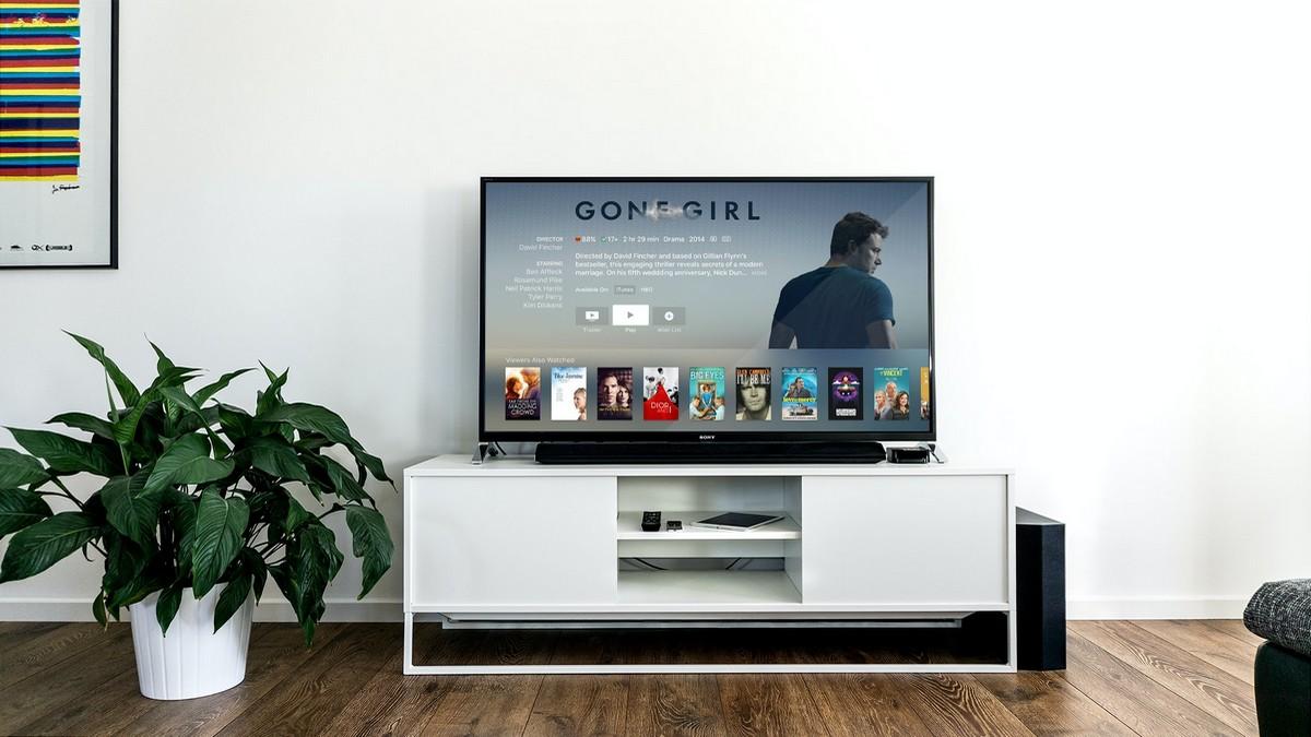 Nová Smart TV umístěná na televizním stolku.