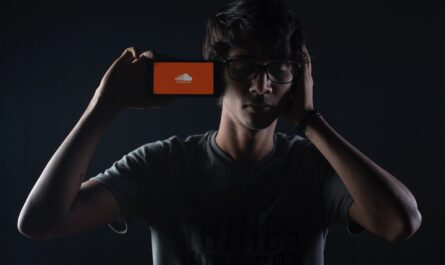 Mladík poslouchá hudbu na SoundCloud.