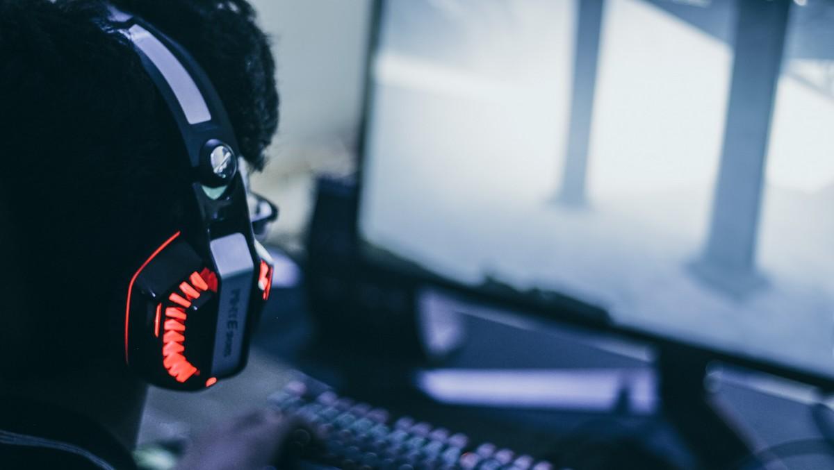 Mladý hráč využívá herní platformu zvanou Steam.
